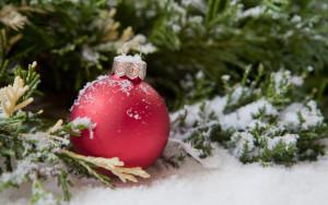 boule de Nol dans la neige